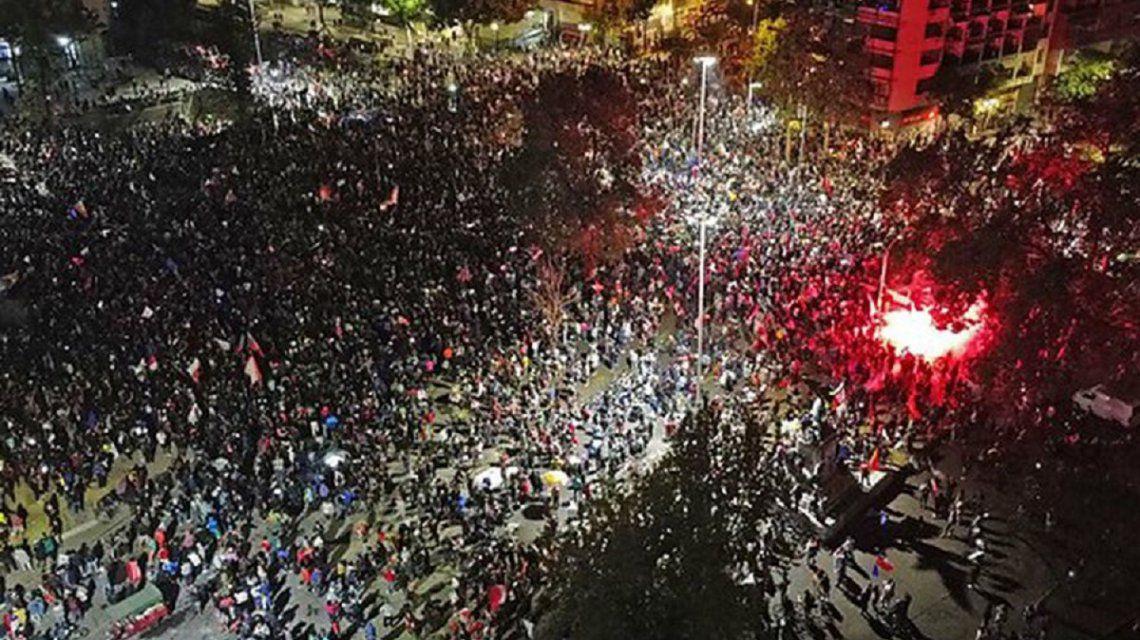 """Contundente triunfo de """"Apruebo"""": Chile reformará la Constitución que dejó el dictador Augusto Pinochet"""