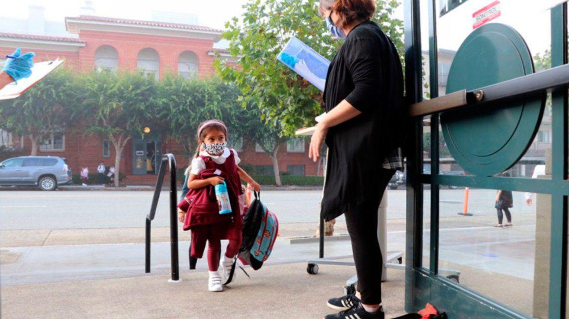 En pleno aumento de casos de coronavirus, California reabre las escuelas primarias